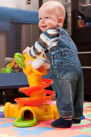 playroom: Little boy es jugar con el juguete