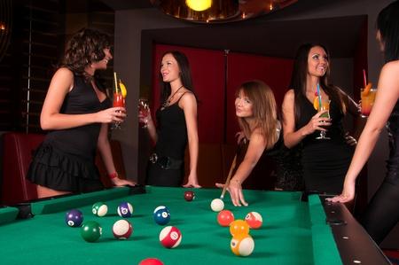ni�as jugando: Grupo de ni�as felices jugando en billar