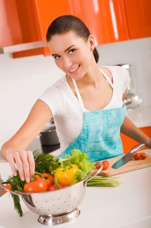 cuchillo de cocina: Cocina joven y bella mujer en la cocina