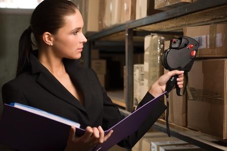 data warehouse: Mujer de negocios de valores de contar en el almac�n