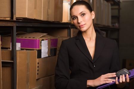 warehouse interior: Donna da visita di conteggio in magazzino Archivio Fotografico