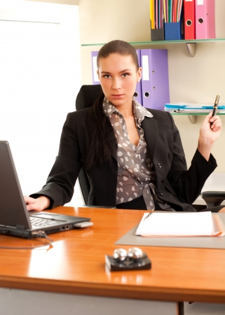 Business vrouw zitten in het kantoor in de voorkant van de laptop