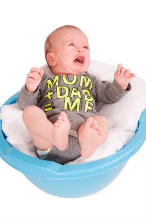 niño llorando: Retrato de niño lindo en el lavabo aisladas sobre fondo blanco