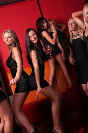 chicas bailando: Imagen de chicas guapas bailando en el club nocturno