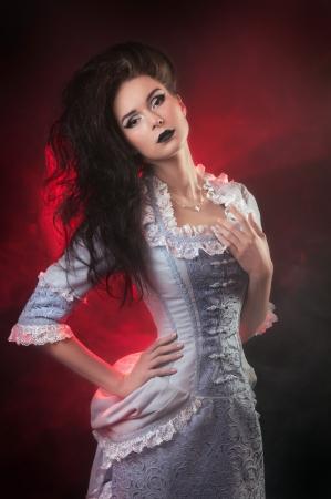 aristocrático: retrato de mujer vampiro arist�crata Halloween con maquillaje de la etapa