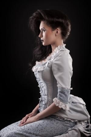 stage makeup: ritratto di aristocratico vampiro donna con il trucco stadio isolato su fondo nero