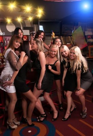 Entreprise filles s'amusent dans le club de nuit Banque d'images - 15487730
