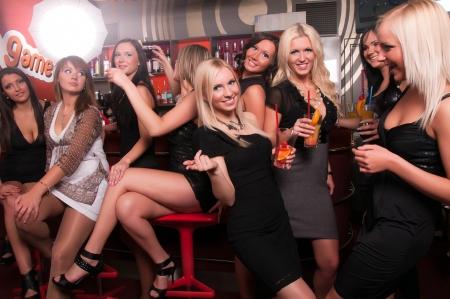 night club: Empresa ni�as que se divierten en el club nocturno