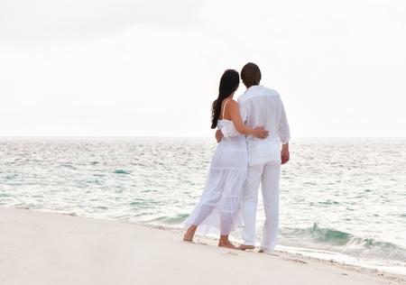mujeres de espalda: Fotograf�a de una pareja joven y rom�ntico en la orilla del mar