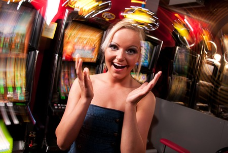Young woman in Casino on a slot machine Foto de archivo