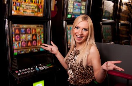 fichas de casino: Mujer joven en el Casino en una m�quina tragaperras Foto de archivo