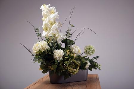 arreglo floral: Flores artificiales ramo en el jarrón Foto de archivo