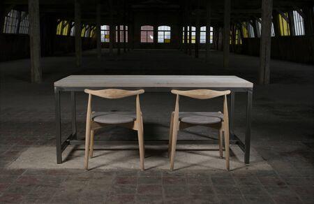 muebles de madera: mesa de madera moderna en el loft
