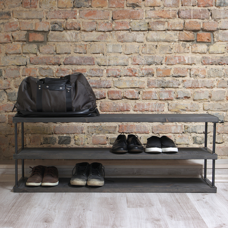 moderne houten schoenenrek in het hok