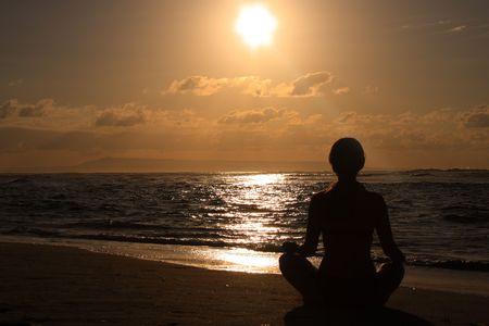mujer meditando: Mujeres meditar en la playa por la ma�ana al amanecer  Foto de archivo