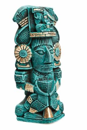maya: Estatua de la deidad maya de Mexico aisladas sobre fondo blanco