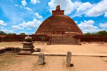 dagoba: Jetavaranama dagoba (stupa). Anuradhapura, Sri Lanka  Stock Photo