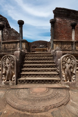 buddha sri lanka: Ancient Vatadage (Buddhist stupa) in Pollonnaruwa, Sri Lanka