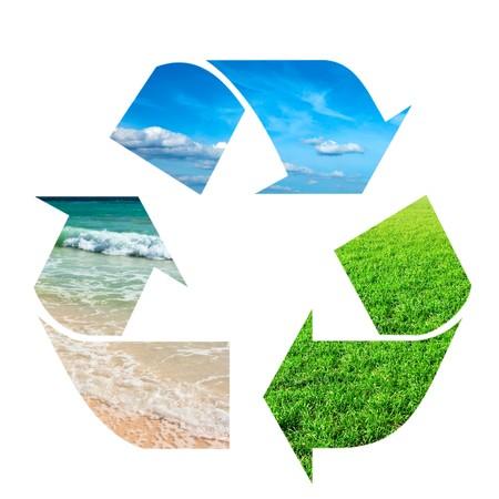 desechos organicos: S�mbolo de reciclaje hizo de cielo, pastos y agua sobre fondo blanco