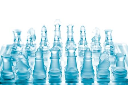 tablero de ajedrez: Ajedrez de vidrio en el tablero de ajedrez Foto de archivo