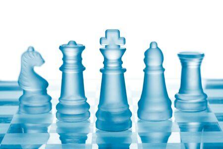 ajedrez: Ajedrez de vidrio en el tablero de ajedrez Foto de archivo