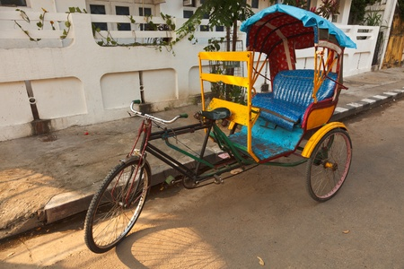 rikscha: Empty bicycle rickshaw in street. Pondicherry, South India Lizenzfreie Bilder