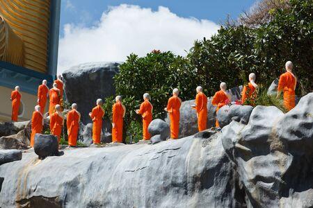 monjes: Estatuas de monje budista en el templo de oro de Dambulla, Sri Lanka