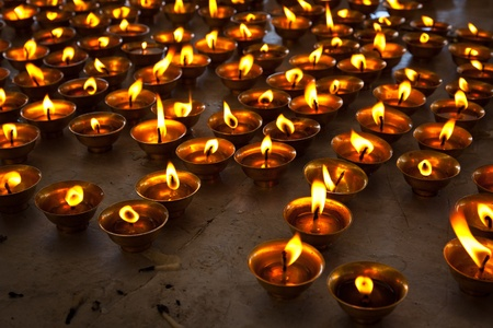 an oil lamp: La quema de velas en templo budista. Tsuglagkhang complejo, McLeod Ganj, Himachal Pradesh, India