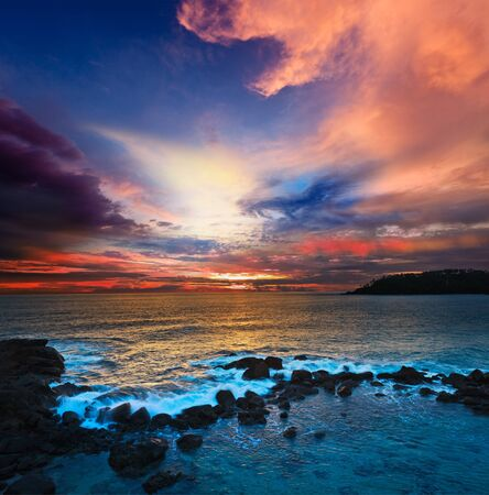 Mar puesta de sol con nubes grandes photo