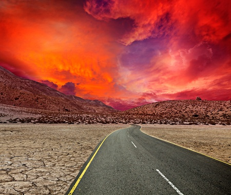 desert storm: Camino en el desierto de la puesta del sol Foto de archivo