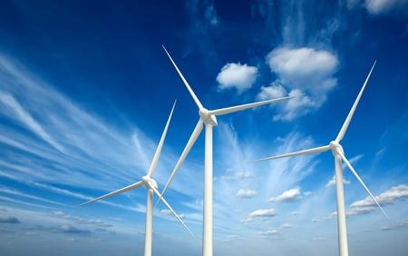 energia renovable: Concepto verde de las energías renovables - turbinas de aerogeneradores en el cielo