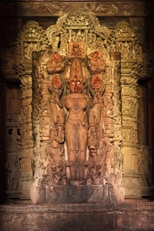 khajuraho: Lakshmi estatua de la diosa hind� de la imagen en el templo de Devi Jagadamba, Khajuraho, India Foto de archivo