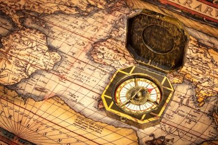 navegacion: Vintage pirata retro br�jula en el mapa mundo antiguo