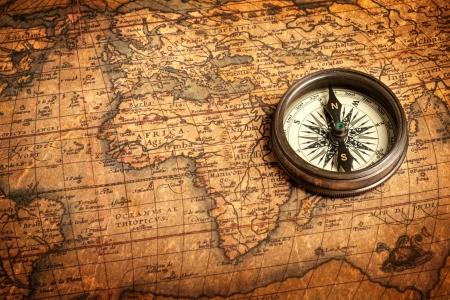 Viejo compás retro vintage en el mapa antiguo