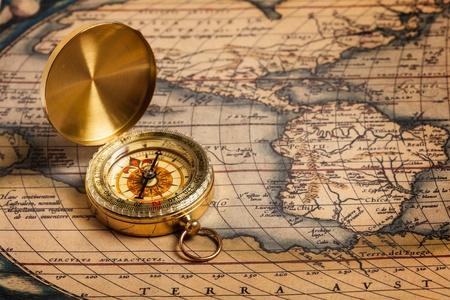 brujula antigua: Old vintage retro br�jula dorada en el mapa antiguo