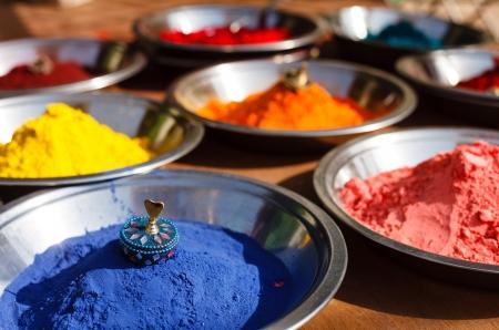 hinduismo: India símbolo. Kumkum polvo coloreado colorido en tazones en bazar indio de Holi y la celebración de otros festivales