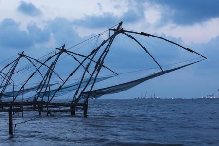 medias de red: Kochi chino redes de pesca en el crep�sculo. Fort Kochin, Kochi, Kerala, India Foto de archivo