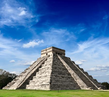 pre columbian: Travel Mexico background - Anicent Maya mayan pyramid El Castillo  Kukulkan  in Chichen-Itza, Mexico Stock Photo