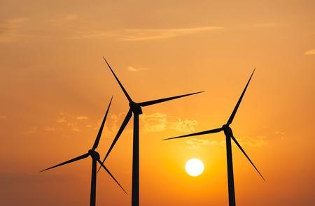 energia renovable: Verde concepto de energía renovable - Las turbinas de aerogeneradores en el cielo en la puesta del sol