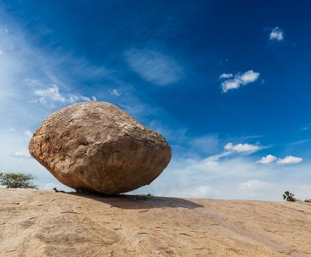 mahabalipuram: Krishnas butterball -  balancing giant natural rock stone. Mahabalipuram, Tamil Nadu, India
