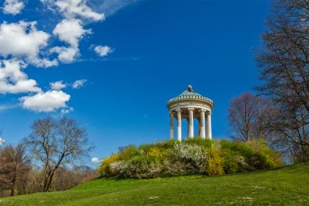 garten: Monopteros - Greek style temple in Englischer Garten. Munich, Germany