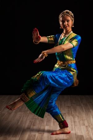 traditional: インド古典舞踊バラタナティヤム シヴァ ポーズでの若い美しい女性ダンサー指数 写真素材