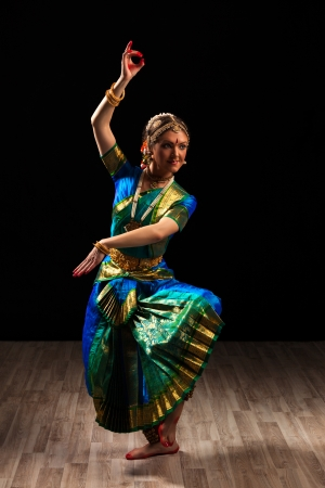 시바의 인도 고전 무용 Bharatanatyam의 젊은 아름 다운 여자 댄서 지수 포즈 스톡 콘텐츠