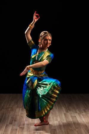 danza clasica: Joven mujer hermosa bailarina exponente de la danza cl�sica de la India Bharatanatyam en Shiva pose Foto de archivo