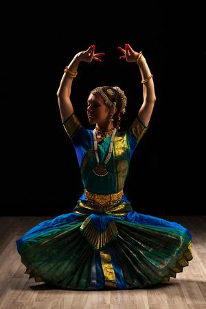 danza clasica: Joven y bella exponente mujer del bailarín de danza clásica de la India Bharatanatyam