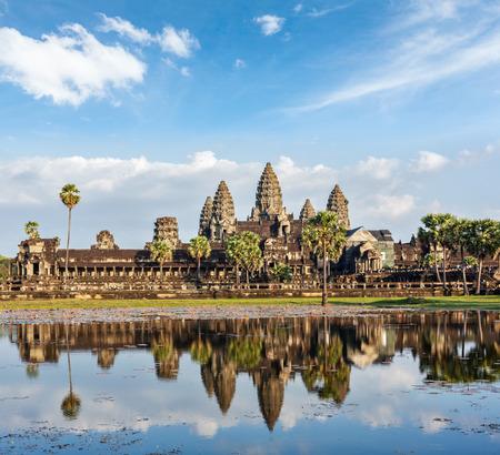 水の反射とカンボジア ランドマーク アンコール ワット