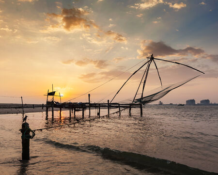 medias de red: Kochi chino redes de pesca en la puesta del sol. Fort Kochin, Kochi, Kerala, India