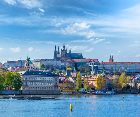 praha: View of Charles bridge over Vltava river and Gradchany (Prague Castle) and St. Vitus Cathedral