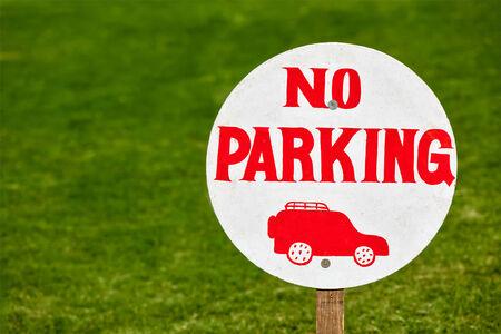 no parking: Aucun signe de stationnement sur la pelouse verte