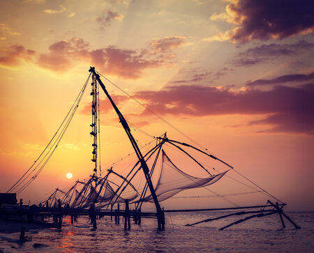 redes de pesca: Imagen del viaje del vintage retro estilo inconformista de Kochi Fishnets chinos en puesta del sol. Fort Kochin, Kochi, Kerala, India